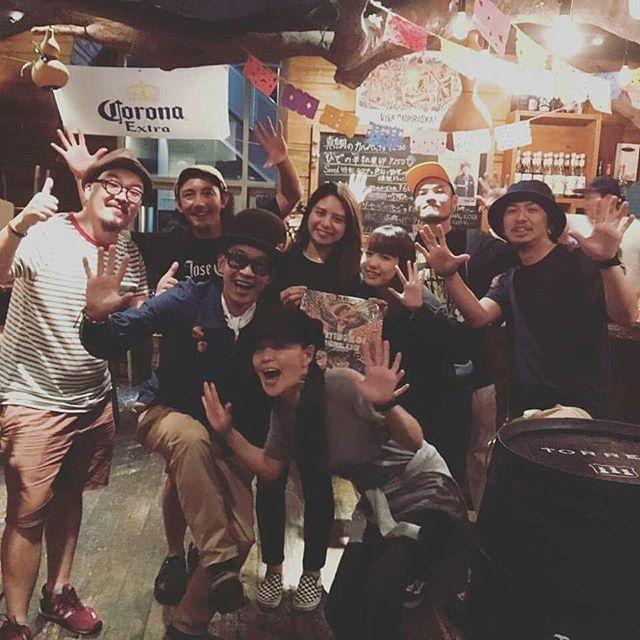 【立川SEED御礼】東京リリパツアー最終日となる三日目は立川SEEDにて!この日も無事に終了しました♪ありがとうございました。気が付けば長い付き合いになる国立ヤーマンクルーと久々にヤーマンし、INTER-NATIONALやMANISH-Tともヤーマンやん!元気そうやん!そして、神戸でかつてリンクさせてもらった事もあったMAVERICKサコダさんがゲストセレクターで久っ々の再開でした!ガイダンス!さらには大先輩Chappa Ranks氏のショウケースを自分のリリパで見れるなんて!!ヤツら知ってか知らずかニクいブッキングしてくれました。感謝!東京在住の関西のファミリー達もたくさん来てくれて、安定のナニワバイブス放ってくれました(笑)この日もすごかった。自分のショウは、連日のリリパでコンディションは決して万全ではなかったけど、すごいいい空気の中ライブしててるうちに、かなり飛んだり跳ねたりしていたらしい、、すると、ライブも大詰めになったころには、お客さんと共演者、そしてSEEDのスタッフさんまでもが大きく手を振り、一緒に歌ってくれていました!SEEDでは、この日のリリパのために店内BGMとして俺のアルバムを流してくれていたり、LPを額に入れて飾ってくれていたりと、有り余るほどの歓迎のもてなしをしてくれていました。とてつもないエールを送ってもらい、立川の夜はほんとうに、ヤーマンでした!ありがとうございました!