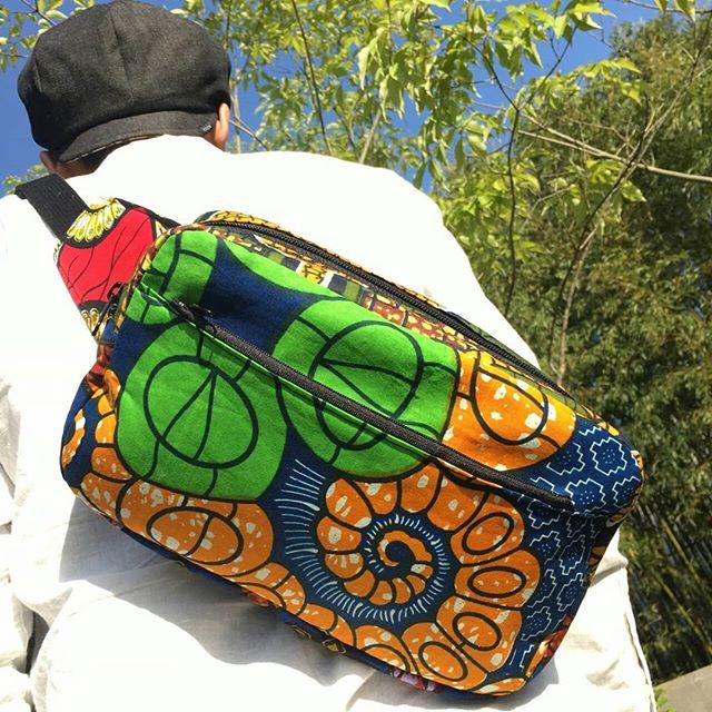 いつもいつもご愛好させてもらってるKONKORIKANさんの新作をゲットしました。へへい!財布や電話など小物類をポイとほりこんで、両手放しで持ち歩ける便利なウェストバッグ。その名も『 お財布と携帯が入って温泉行った時これだけ持ったらウロウロできるカバン 』(笑)耐久性は今まで使用してきたカバンからして折り紙付き。ハードに使い倒してもOKやし、またリペアしてくれるし。見た目より収納力あります。内ポケットもバティックをあしらって、見えないところにも配慮があります。チャックがあっても柄が連続するように、布を贅沢に使ってくれているのもわかる。ふっくらとしたシェイプも芸術的。そして何より、合わせる布によってガラッと雰囲気が変わるし、見る方向からも印象が変わります。これで風呂行くん勿体ないわー。俺みたいな地味な男でもカバンひとつで華やかさをもたらしてくれるんよね。いつもいつもありがとうございます!布選びからオーダーもできますよ。ご自分用またはプレゼント用に!ピンときた方は早めにお問い合わせください。またはKONKORIKANさんの出店情報をチェックしてみてください★#konkorican #africa #crossbodybag #bag #handmade #africanfabric #africanwax #アフリカンプリント #アフリカ布 #ウエストバッグ #ボディバッグ #ウエストポーチ
