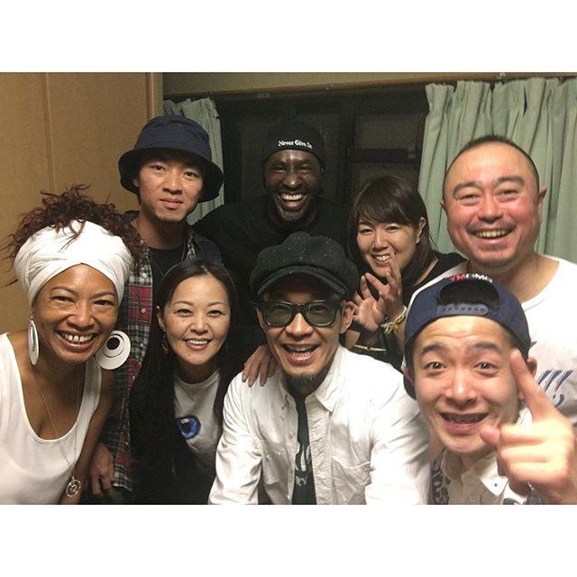 東京弾丸ツアーから無事帰宅なうマイヒーローPATO BANTONはびっくりするくらい人柄が良く、笑顔の絶えないジェントルマンでした。見た目もスキルもUKで活躍していた20年前と変わらないどころか、さらにパワーアップしてる印象でした。しかも音源で聴くよりライブの方がさらによかった(^^) 初来日との事でびっくり!日本人初ダブプレートの誕生から立会い、パトさん堪能させてもらいました。突然にも関わらず色々な人とのガイダンスがありお世話になりほんまに感謝感謝です。ありがとうございました️