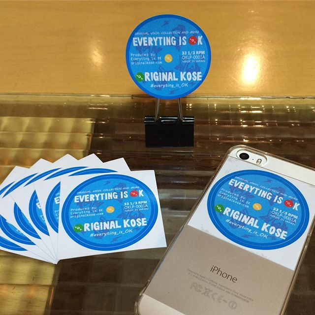 オリジナルコーセーのオリジナルステッカー第一弾が届きました!10/9に福岡ダークルームで開催するアルバムジャケライブペイントDREADBEAT BASSMENTでご来場者にプレゼントします!福岡のみんな、もぉてぇ~!おっきがぁるに♪↑若井小づえ風(福岡で通じるかどうか)すこし予定より早く上がってきたので、明日の本町橋MUミューでのRAGGA CUMBIAAAにも持っていこうと思います。このロゴや字体はバージョンナイトクルーのSHO君に作ってもらいました。SHO君は80s90sのええレコードかけるセレクターでもあり、こういう版画やハンコなど掘ったりもできるし、どうやらこの度地元柏原市に伝統染めの技術を使った手ぬぐい屋兼カフェバーをオープンさせるらしいよ。お店でけたらみんなでいこう!しかしステッカーひとつ作るのに色合いや仕上がりなどいろいろとあるねんねー、ほんま勉強になります。これもグレードアップさせて行こうと思います。どうぞよろしくお願いします!#everyting_is_OK