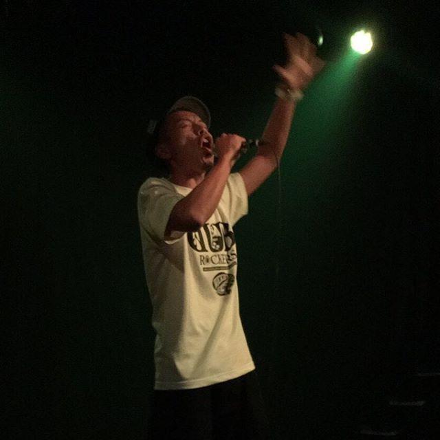 【御礼】大阪NOONでのJAH WORKSのダンスREBELLIONは最高でした️壁一面に積み上げられた緑色のスピーカー。老若男女がレゲエを楽しめる空間づくりはそれこそファミリーが積み上げてきたものですね。お世話になりっぱなしやけど、関われて嬉しいし、自分にとっても誇りです。ゲストのSpinnaB-ill氏のライブは立派な佇まいと立ち振る舞いに加えてパワフルな歌唱力に感銘を受けました。DUB ROCKERSのTシャツの件もつっこんでないし一緒に写真も撮れずで残念でしたが、またリンクしたい目標のアーティストです★★★ ありがとうございました️