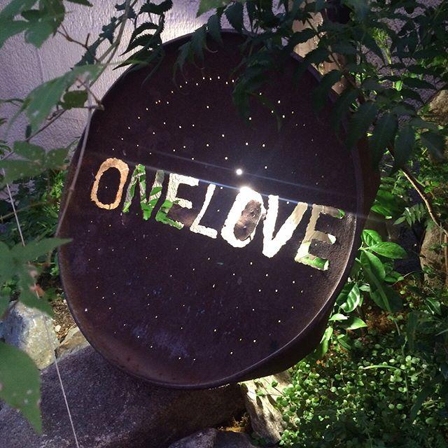 広島でステイさせてもらったゲストハウスONE LOVEがめちゃ良かったので紹介させてもらいます!オーナーはなんとかつてあの満月祭をオーガナイズしていたマーさんです。もう10年以上前かな、GREEN GREENが初めて広島に足を踏み入れるきっかけを作っていただいた方で、ガイダンスにびっくり!ゲストハウスは外観から想像がつかないほど内観は和風モダンな作りになっていて、家具や照明、飾りひとつにいたるまで配慮があり、この日も山で採ってきた栗が飾ってありました。お風呂もヒノキ風呂でいい香り♪ベッドではなく和室スタイルで、予約状況によっては旅館のように過ごせます。そして併設されている和食処はご飯だけ食べにくることもできます。食事は広島界隈の新鮮な海山の幸を自ら採りにいったり、水も汲んで来られてたりでとても体にやさしく旨い料理が食べられます。短い間でしたが、いろんなお話もできて楽しいひと時でした。まさにこれからゲストハウスとして正式なオープンされるとのことで、ほんとは隠れ家的に使いたい気持ちが強いですが、僕周りの人らには是非おすすめなのでシェアさせていただきました。年末またお世話になります(笑)