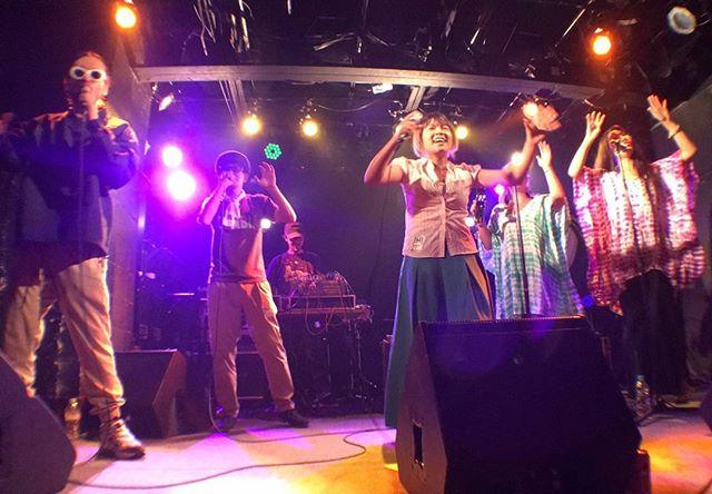 【50回記念御礼】大阪SOCORE FACTORYとCORNER STONE BAR同時開催のラガチャンネル50回目は無事終了しました。めでたい50回目という節目に参加させてもらいありがとうございました!ここに来て音楽の新たな可能性を魅せつけられたような衝撃的な内容をいまだに消化できていません。はじめから最後まで最高のラガチャンネルやったと思いますw!!! そして何よりGREEN GREENの時にサプライズで登場してくれたCHAN MIKA&SAFARI SISTERSとのセッションはもうたまりませんでした!!ちんさんも足つるほどエキサイトなジョイントをありがとうー!!! これからもラガチャンネルしていきます!全国の皆さんどうぞよろしくお願いいたします