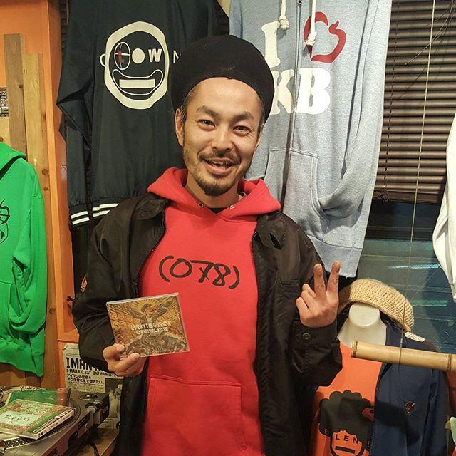 ロングタイムブレダ!オリジナル同い年ラッパー人呼んで神戸のライオン、I MAN K.O.BAYにもアイアルバム渡してきました~!アイマンも先日セカンドEP『いきざま』をリリースしたばっかりで、音源交換してきました。彼のお店BLENDもめちゃいい雰囲気!(^^)!是非チェックしてみてください。I MAN K.O.BAY 2nd EP「いきざま」CMhttps://youtu.be/7YjgsMUcLxA#I_MAN_K_O_BAY#いきざま#2nd_ep#originalkose #original_kose #オリジナルコーセー#origidub #origidubstudio #everyting_is_OK #everytingisok#japan #japanese #madeinjapan #japanmade #日本#reggae #dub #dancehall #roots #stepper #digikal #killer#soundsystem #dubwize #deejay #singjay