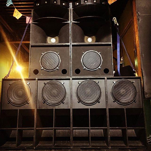 【爆音御礼】昨夜のSOCORE FACTORYでのTOUCH THE SKY 忘年会スペシャルは無事終了しました♪ありがとうございました。なんせSOUND SYSTEMが出るってことで、いい音絶賛吸収中の自分はやらしいほどにサウンドに耳を傾けていましたが、しかしええ音やった!!!サウンドシステムは周辺環境や客入りによって鳴りが変わるのでほんまにセッティング命だし、この日はDUVALIのバンドショウもある中でどうなることやらと思っていましたが、EVERYTING IS OKでした!溶けるようなダブワイズに指使いまで伝わるベースライン。迫力はあるが耳が痛くない!そんな中セッションさせてもらって、極上の時間を過ごしました。そしてオグラマン、奥村氏、林社長のさすがの貴重なセレクションを十二分に楽しませてもらいました。CHICARIにちんねんにもおおきに!タッチザスカイにはほんまに感謝です!!来年もぶちかましてよ~♪