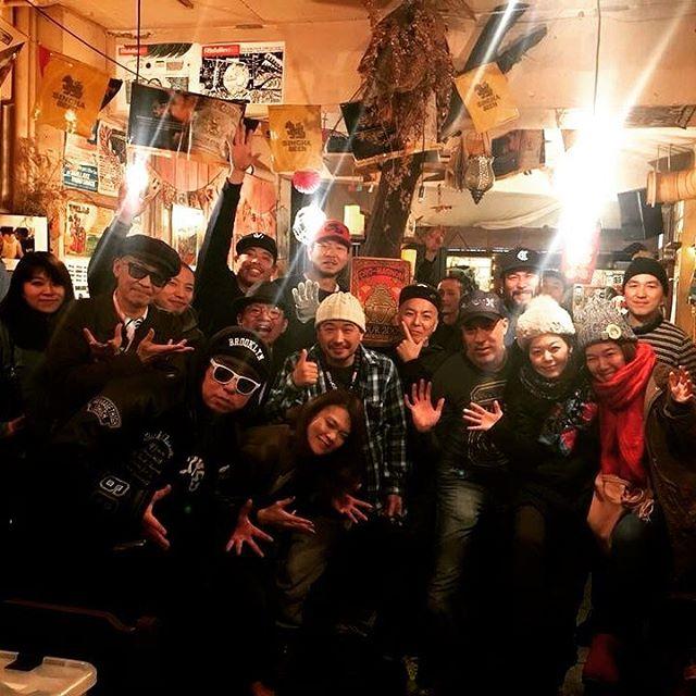 【虎子新年御礼】1月6日の虎子食堂でのDANCEHALL STYLE&FASHIONは無事終了しました★★★★★ありがとうございました(^^♪ いやー今回も最高に楽しい東京ツアーになりました。虎子食堂はやっぱりいい雰囲気でした♪渋谷のど真ん中でSP the stoned vibesのシステムがブンブンいう感じ。それだけでゾクゾクするシチュエーションの中、かねてからGREEN GREENをチェックしてくれていたマッシブや、俺らをずっとサポートしてきてくれたアーティストやサウンド、安心安定の在当関西クルー達、そして自分のアルバムリリースをサポートしてくれた人たちなどが足を運んでくれて、ほんまにおおきにでした!2018年はmadda madda始まったばかりですが、今年もこんな感じで音楽できていけたら最高やなと思いました!本年もどうぞよろしくお願いいたします(^^♪