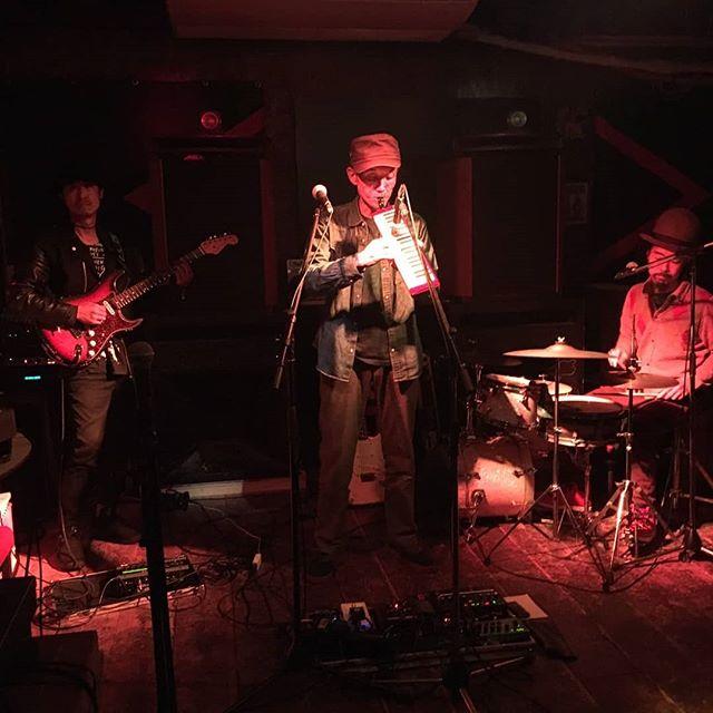 【月曜御礼】昨夜の Ras Takashi & Peace-K & Raita Sessionは無事終了しました!足元の悪い中足を運んでいただいた皆様ありがとうございました♪この日はツアー最終日という事で、御三方の演奏は以前にも増して脂がのったもので、メロディカの柔らかな音色と絶妙なエフェクトで月曜日から宇宙旅行な気分でした!幸せなひとときやったなあ!(^^)! 演奏もさることながら、サウンドメイキングがとても高品質なのが素晴らしい。これだけは実際に感じてもらわないと伝わらんのですよ。めっちゃ大事なことですよ。是非今度はDUB MIXも拝見したいなと切に願います(笑)この三日間、家よりもソーコアのビルに居る方が長かったけど、ハイシー君やかさご氏のおかげで楽しい監禁でした。GIVE THANX!