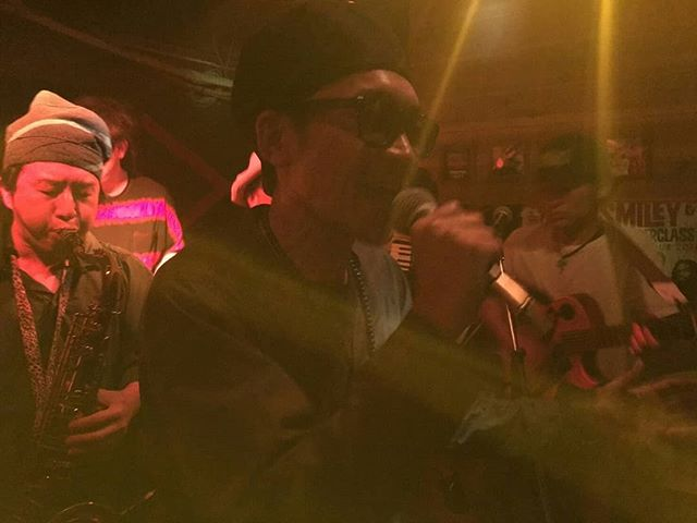 【クンビア商店御礼】遅くなりましたが、 2018.4.29.sun.@corner stone bar 「クンビア商店vol.38」無事終了しました♪おおきにありがとうございました(^^♪ 回を重ねるごとに演奏がタイトになってきててええ感じのREAL THINGにSHIEEZ姉さんと三曲ほどコラボさせてもらいましたー!かつてDUKE氏にCUMBIAのTシャツをもらったその日から、CUMBIAという音楽との縁をめちゃめちゃ感じる。昨年デビュー7インチをリリースして、今年も何やらボムしてくれることやと思います。そんなREAL THINGSならびにクンビア商店エー感じにモスチェキです★