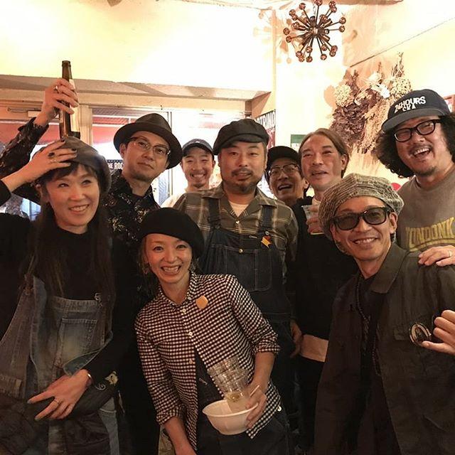 【2tone cafe御礼】惜しくも11/23に閉店ガラガラしてしまう神戸元町2tone cafeで昨夜、TUFF SESSION内田コーヘイの弾き語りライブがあるってことでチェキりに行ってきました!行ってみると関西のみならず関東からはるばるSKA界のキーマン達が偶然にも終結するという、ガイダンスでした★東京のスカバンドOne Track Mindのボーカルであるザコ君の弾き語りなんかもあり、オリジナルも最後のラバダブに乱入候。実は店主ヨネさん、嫁のかあこちゃん、コーヘイ、ザコ君、SKA BARのゲンちゃん、そして俺。。全員同い年なんですよね。一枚目の画像は人生折り返し地点の同年代ショットです。コーヘイが人生あと半分!楽しんでいかなきゃね!というオリジナルソングをプレゼントしていたけど、後からじわじわと染みてくるわ。家帰ってから動画見て人知れずウルウルしてしもたよー。。。 閉店まであとすこし、皆さんも是非覗きに行ってみてくださいませ★#2tonecafe#ツートンカフェ#閉店のお知らせ#長い間お世話になりました♂️♀️#感謝しかおまへん#おおきにでした#11月23日をもちまして#閉店ガラガラします