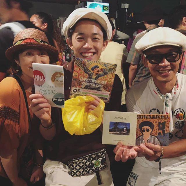 昨夜のYOUTH OF ROOTSのリリパ大阪編は超満員御礼で大盛り上がりでした本日神戸公演ありますので見逃した方は絶対拝んだ方がいいですよ一年ぶりに再開できたKon Ryuくん @tree_of_roots の新作EPをゲットして、自分の7インチと幸運の手ぬぐい(笑)を渡せました今回、主催者側からの熱烈リクエストで出店していただいた @konkorican さんのこれまた運気のあがるショルダーバッグに希望と夢を詰めて、日本と世界を駆け巡ってほしいな。これからも応援しています️ そして、わたくしめの7インチも沢山お買い上げいただき、本当にありがとうございました️ 最後に主催者の5grに感謝️数年前から彼らがコツコツと積み上げてきた事を遺憾なく発揮して、絶妙なブッキングそして出演者来場者に対しての心遣いが行き届いた素敵なパーリーやったと思います。本日の神戸公演も頑張って